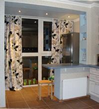 применение штор на кухне с балконом