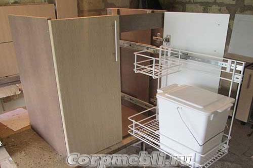 Выдвижное мусорное ведро под кухонной мойкой