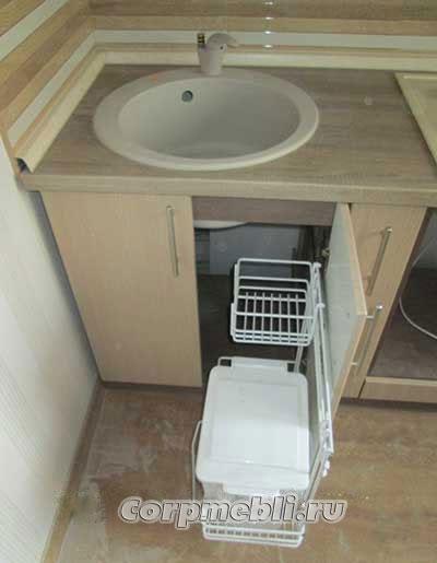 Выдвижное мусорное ведро под мойкой на кухне