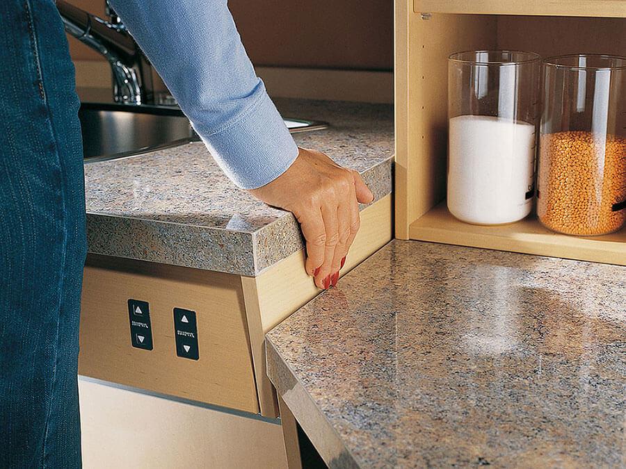 Кухонный шкаф с автоматической регулировкой высоты