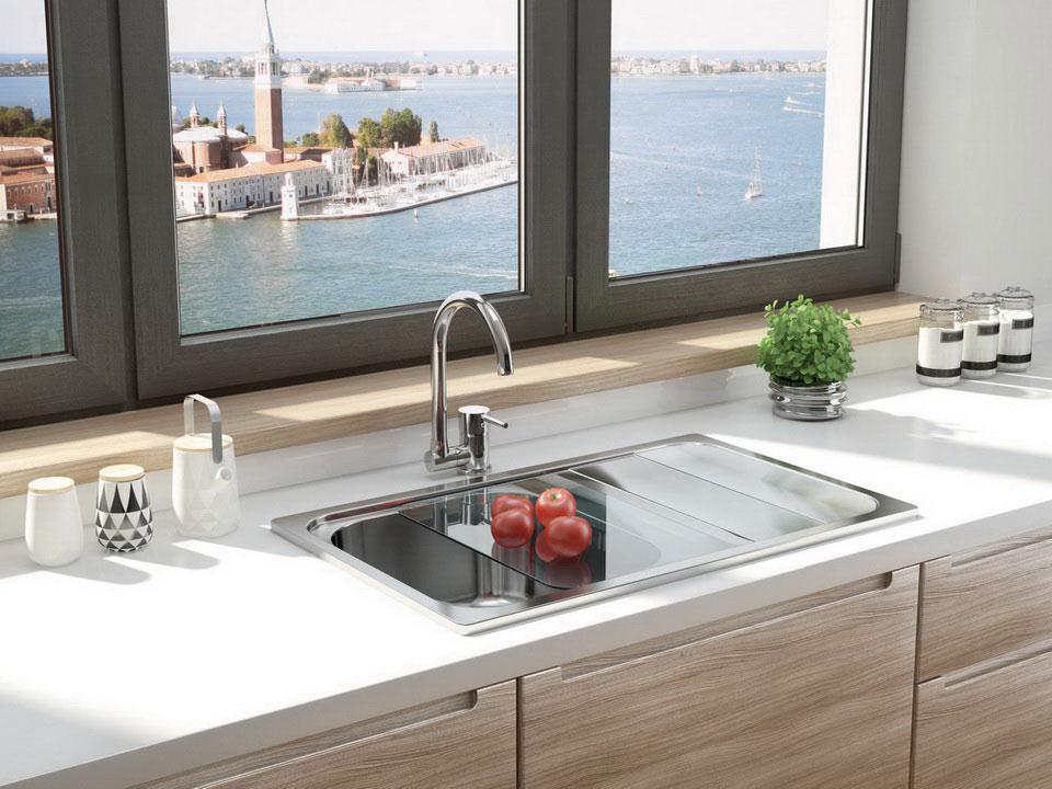 Кухонная мойка возле окна
