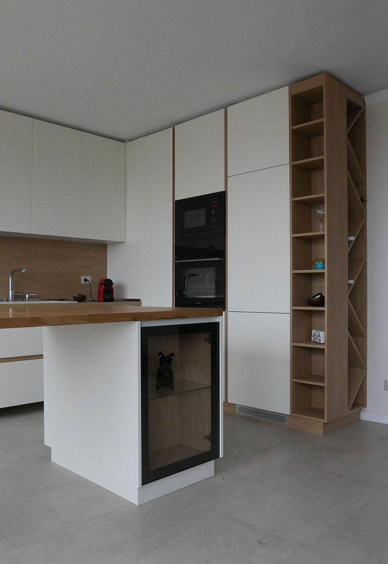 Белые фасады увеличивают визуально пространство кухни