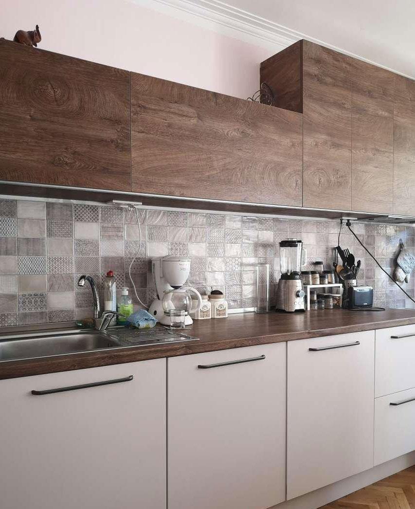 Верхние фасады кухни из ЛДСП и столешница с одинаковой текстурой