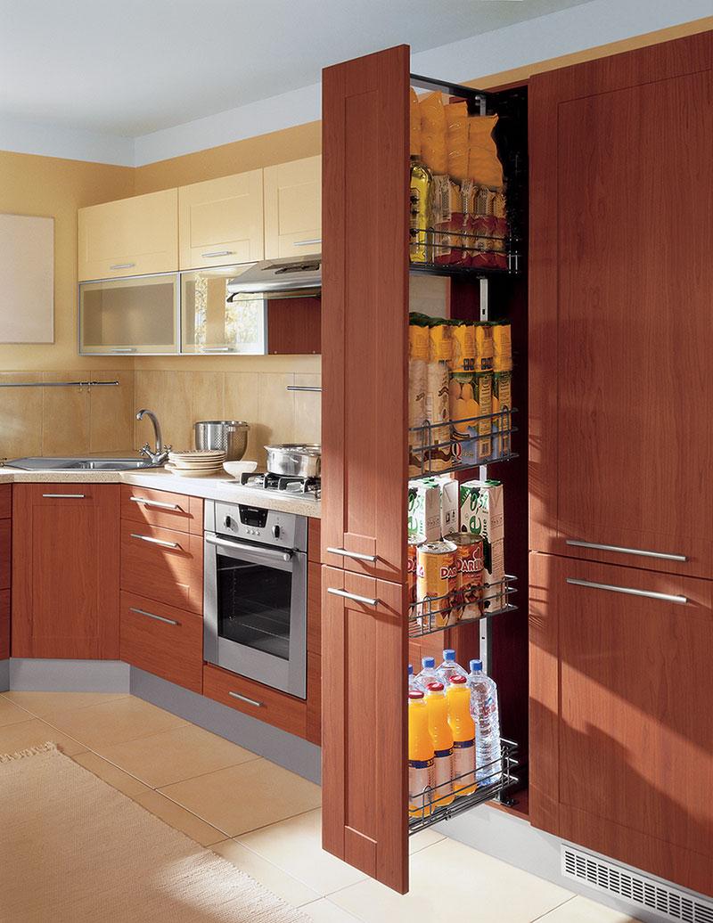 Высокие кухонные шкафы с выдвижными корзинами