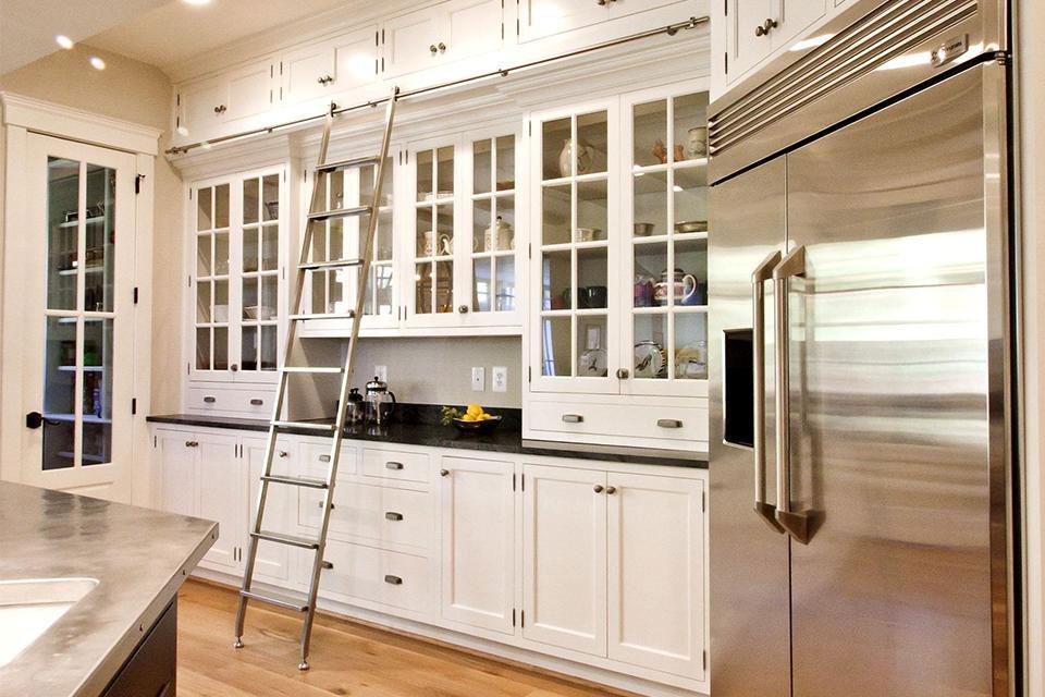 Дополнительный ряд навесных шкафов на кухне