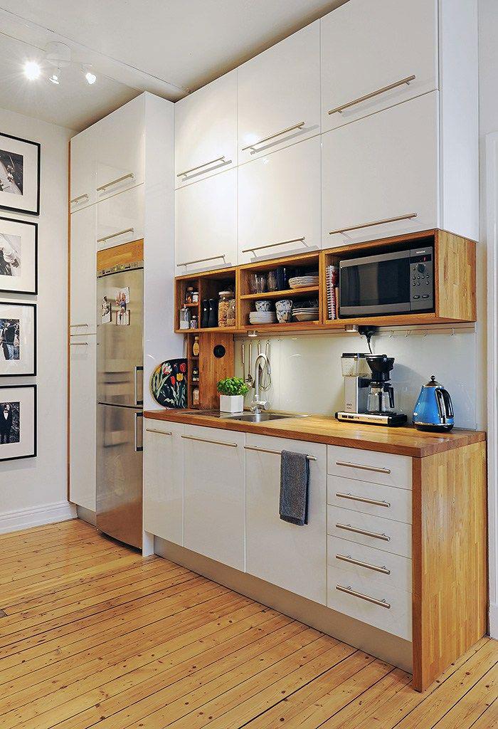 Кухня с высокими шкафами под потолок