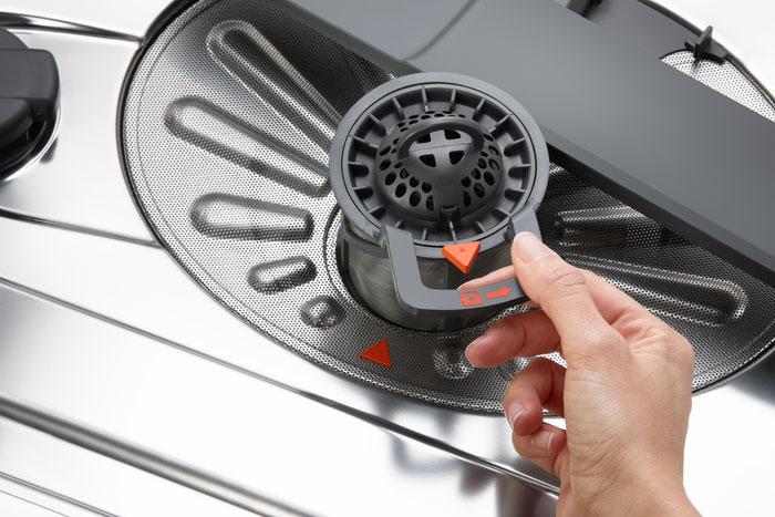 Извлекаем фильтр из посудомоечной машины
