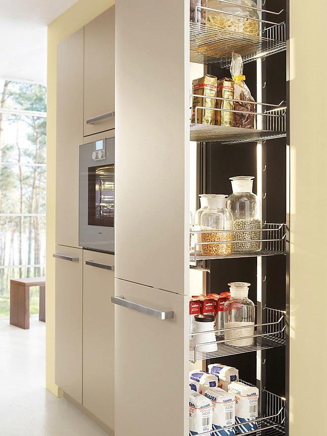 Эргономичное наполнение высокого кухонного шкафа
