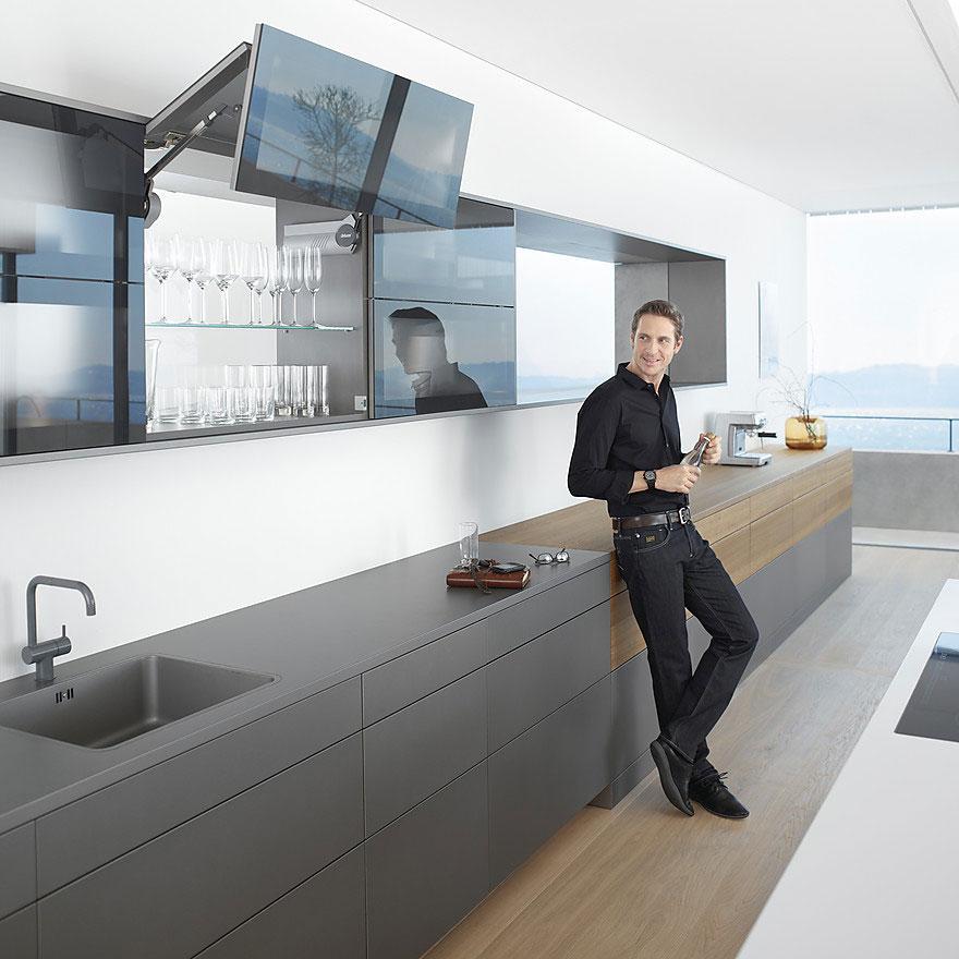 Кухонный навесной шкаф с подъемными механизмами