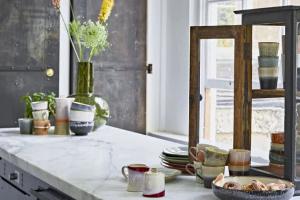 Как оформить серую кухню