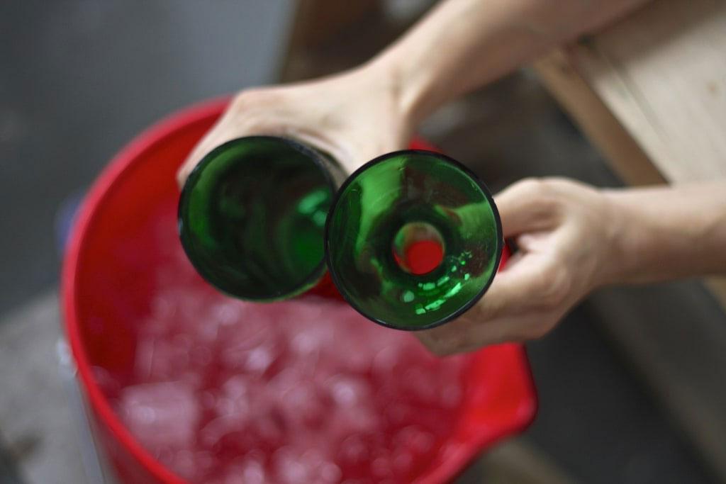 Стеклянная бутылка ровно разрезана на две части