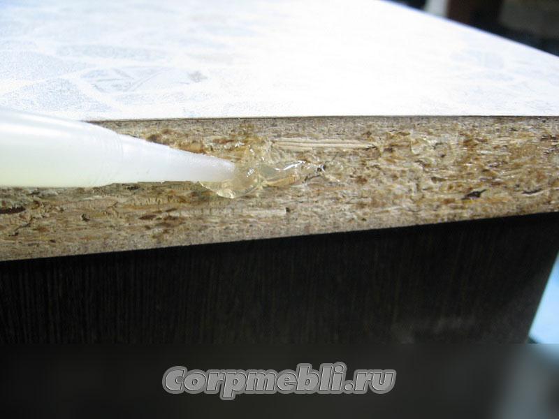 Равномерным слоем наносим на торец столешницы силиконовый герметик