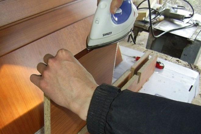 Как приклеить мебельную кромку на торец ДСП утюгом